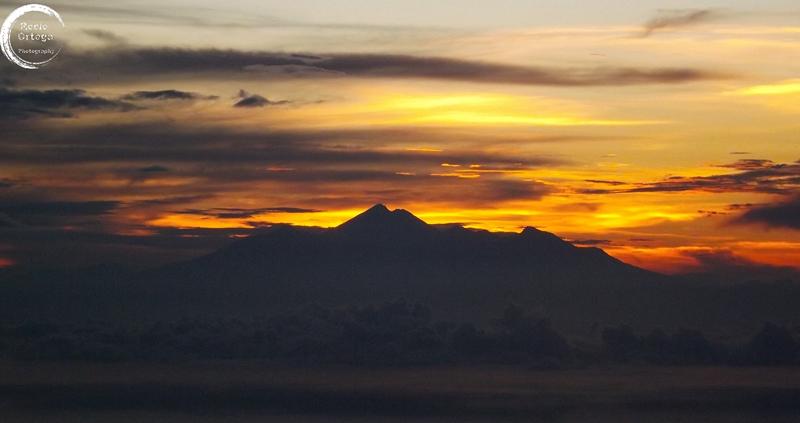 amanecer desde el monte batur en bali indonesia