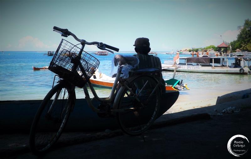 contemplando el horizonte en gili air indonesia