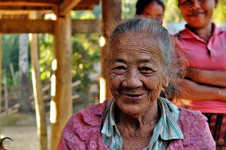 mujer sampong village laos