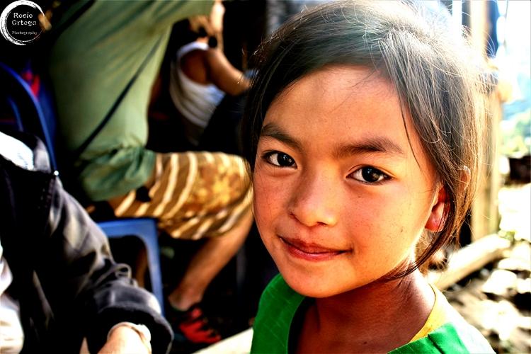 nena en los alrededores de Nong Khiaw Laos