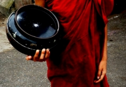 nino monje budista en yangon myanmar